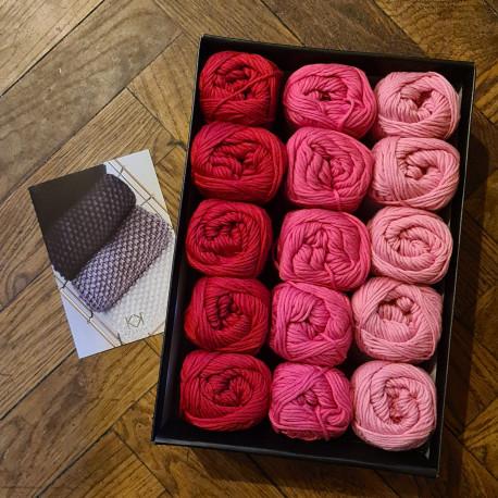 8/8: Lysrød-Pink-Rød (2. sortering + restgarn) 15 nøgler + opskrift på Perlestrikket klud