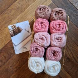8/4: Rosa - Hvid (2. sortering + restgarn) 10 nøgler + opskrift på Serviet med lille vifte