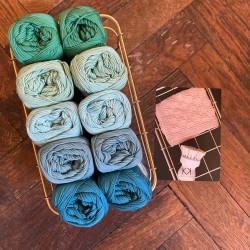 8/4: Grøn-Blå (2. sortering + restgarn) 10 nøgler + opskrift på strikkede Franske perler