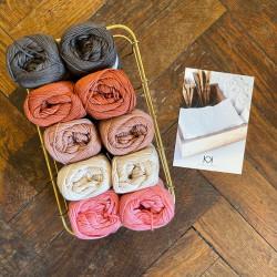 8/4: Brun - Pink (2. sortering + restgarn) 10 nøgler + opskrift på Serviet med lille vifte