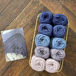 8/4: Lilla-Lavendel (2. sortering + restgarn) 10 nøgler + opskrift på hæklet, blå serviet