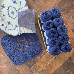 8/4: Porcelænsblå (2. sortering + restgarn) 10 nøgler + opskrift på hæklet, blå serviet