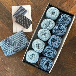 8/4: Lys blå-blå mix (2. sortering + restgarn) 10 nøgler + opskrift på strikket tofarvet klud