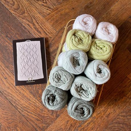 8/4: Hvid+grønne farver (2. sortering + restgarn) 10 nøgler + opskrift på Strikket Gæstehåndklæde i hulmønster